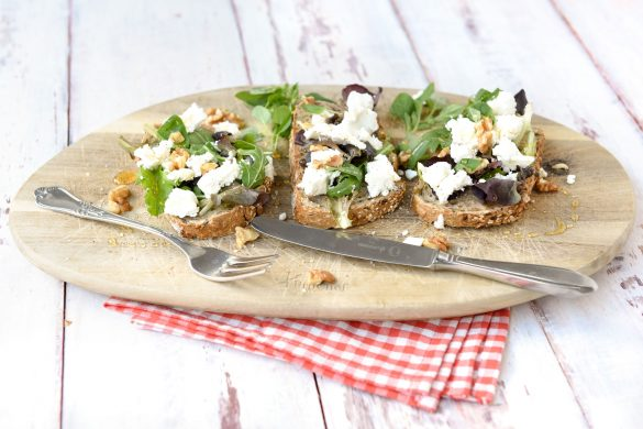 Brood met geitenkaas, walnoten, honing en oregano