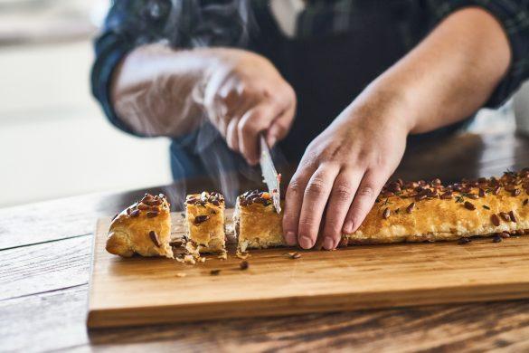 Vegetarische saucijs met pijnboompitten - Foodnoot - receptfoto 1